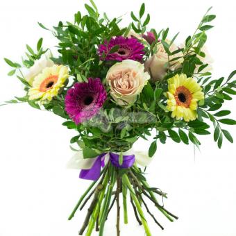 Букет из роз и гербер с зеленью