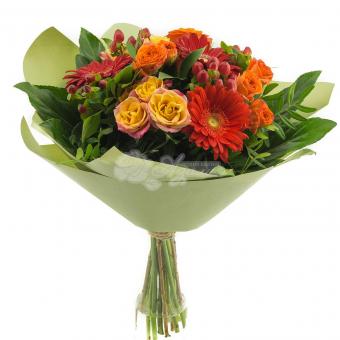 Букет из гербер, кустовой розы и зелени