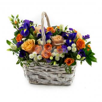 Корзина полная цветов